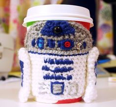 Free Pattern Awesome #crochet #R2D2 coffee cozy from Twinkie Chan for all you #StarWars fans out there!