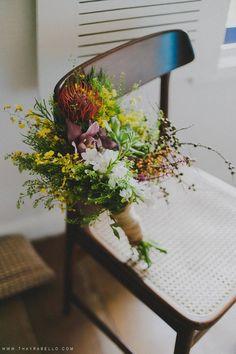 Um buquê que mistura flores delicadas e brutas. Coisa mais lindaaaaaa #ohlindeza #conceptwedding #casamentolindeza #fcasamentodedia #casamentonojardim #casamentoaoarlivre #wedding #casamento #floreslindeza #arranjosflorais #floralarrangements #buquelindeza #buque #bouquet