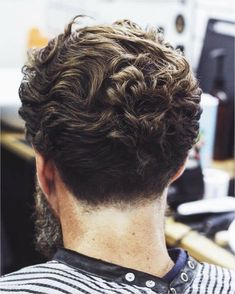 Best Curly Hairstyles For Men 2018 Going with this year's texture trend, all of these best curly hairstyles for men 2017 feature hair long enough to reveal curls. These long on top, short sides and back hairstyles give you the best Haircuts For Curly Hair, Cool Haircuts, Hairstyles Haircuts, Haircuts For Men, Cool Hairstyles, Hairstyle Ideas, Formal Hairstyles, Modern Haircuts, Short Haircuts