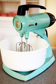 Aqua or Turquoise Sunbeam Mixmaster Stand Mixer Azul Tiffany, Tiffany Blue, Vintage Appliances, Vintage Kitchenware, Small Appliances, Kitchen Appliances, Vintage Love, Retro Vintage, Vintage Items