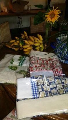 Toalhas de mesa 100% algodão, barrado em americano cru. By Patty Costa Confecções. Acompanha pano de prato  com detalhe do mesmo tecido da toalha.