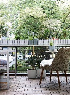 Schnelle Wärme für den Balkon, u. a. mit RUNNEN Bodenrost für draußen braun lasiert