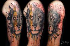 Tatuaje de estilo gráfico de la cabeza de un león situado en el brazo izquierdo. Artista tatuador: Jay Freestyle