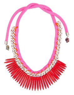 Stylishe Kette in Neon-Pink von Fashionnerds. Die Strickkette zum Knoten wird durch eine Gliederkette in Silber und Stein-Applikationen an den Enden komplementiert. Auffälliges Detail: Die roten Speer-Anhänger!