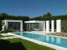 Atelier Delphone Carrere collaborated with Architects on this marvelous modern pool house in Basque Country complete with a long and linear inviting swimming pool. Backyard Pool Designs, Swimming Pools Backyard, Pool Spa, Backyard Patio, Langer Pool, Modern Pool House, Moderne Pools, Outdoor Buildings, Beton Design