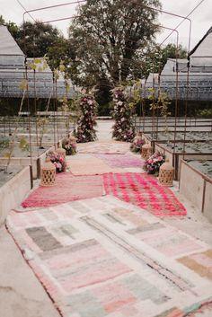 Pasillo nupcial con farolillos flores de Flores para Venus Foto: Patricia With Love Espacio: La huerta de Cubas www.somethingspecialforrent.es Mobiliario y alfombras para bodas y eventos alquiler en Bilbao