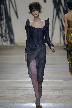 Andreas Kronthaler for Vivienne Westwood Fall 2006 Ready-to-Wear Collection - Vogue Vivienne Westwood, Goth Chic, Blue Corset, Dark Fashion, Fashion Show, Fashion Trends, Designer Collection, Pretty Outfits, Evening Gowns