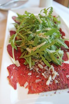 Carpaccio and Arugula, I could eat this everyday of the week. So yummy with some freshly squeezed lemon. Gourmet Recipes, Beef Recipes, Cooking Recipes, Healthy Recipes, Carpaccio Recipe, Great Recipes, Favorite Recipes, Good Food, Yummy Food