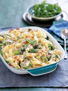 IDEA: Creamy tuna and broccoli pasta bake -- cooked pasta, tuna, broccoli, spices/more veg in baking dish with cauliflower alfredo sauce & nutritional yeast/spices on top Healthy Pasta Bake, Broccoli Pasta Bake, Healthy Baking, Healthy Food, Creamy Tuna Pasta Bake, Tuna Mornay Pasta Bake, Broccoli Chicken, Chicken Pasta, Gourmet