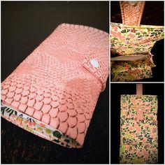 Compagnon Complice cousu par Caroline  - Tissu(s) utilisé(s) : Simili cuir lezard rose, tissu coton imprimé  - Patron Sacôtin : Complice