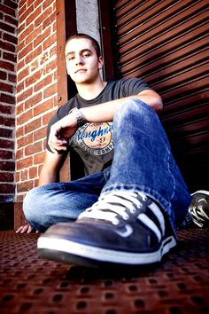 Senior Picture Poses For Guys - Bing Images Senior Picture Poses, Senior Boy Poses, Poses Photo, Male Senior Pictures, Senior Pics, Senior Picture Outfits, Photography Senior Pictures, Photographer Pictures, Senior Portrait Photography