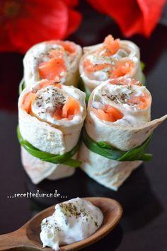 Hello! Petite idée recette simple et rapide, pour accompagner une salade , pour un apéro , un buffet froid (...) Il vous faudra ; . quelques petites galettes type Fajitas coupées en 2 . du saumon fumé coupé en dés . du Tzatziki (la recette maison par...