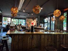 Op zoek naar een leuk ontbijtrestaurant in Berlijn? Ik heb een goede tip voor je: Spreegold in Berlijn Prenzlauerberg. Conference Room, Restaurant, Tips, Table, Furniture, Home Decor, Decoration Home, Room Decor, Diner Restaurant