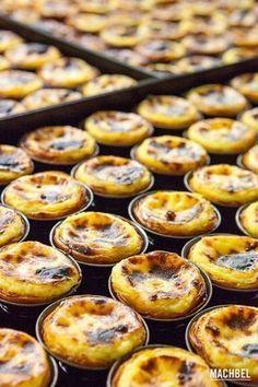 Chocolate Cake: Tricks to make Belem Cupcakes - recetas dulces - Portuguese Desserts, Portuguese Recipes, Custard Tart, Egg Tart, Good Food, Yummy Food, Cakes And More, Sweet Recipes, Cupcake Cakes