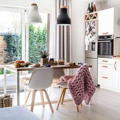 Czy widzieliście już najnowszy wpis o tym jak udekorować mieszkanie na jesień - link w profilu @lovingitpl ❤️Wcale nie trzeba wydawać fortuny, bo większość dekoracji to tak naprawdę pochodzi z natury. Zobaczcie sami;) #mornigfresh #interiors #pumpkin #dynia #dekoracje #wrzosy #interiros4all #smallspace #autumnvibes #kurki #sliwki #figi #scent #lovelyscent #whitekitchen #scndinaviandecor #diningroom #smallkitchen