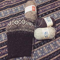 """""""4色使ってのグラデ  分かりづらいですね  今度編むときはもっとはっきりとした色味にしよう  右手首が痛いです…とうとう腱鞘炎きましたかねぇ  #knitting #knit #knitstagram #instaknit #amimono #yarn #Jamiesons #fairisle"""""""