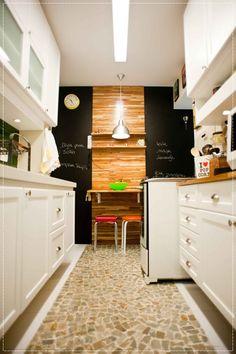cozinha pequena com parede de lousa