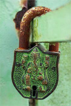 Clés et cadenas Under Lock And Key, Key Lock, Door Knobs And Knockers, Old Keys, Antique Keys, Rusty Metal, Key To My Heart, Door Furniture, Old Doors
