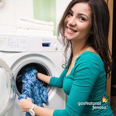 Hasta un 90% de la energía utilizada en el lavado de ropa se va en calentar el agua. En casi todas las prendas un lavado con agua tibia y un enjuague frío funcionará bien.