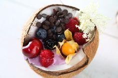 Sommerguide-Kokosnuss | Hussel | fruchtiges Frühstück mit Joghurt und Schokolade