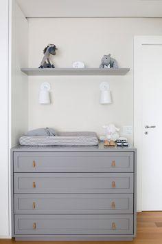 Um quarto de bebê azul marinho, cinza muito e moderninho - limaonagua Nursery Room Decor, Kids Bedroom, Bedroom Decor, Baby Doll Strollers, Baby Room Design, Kids Decor, Home Decor, Baby Boy Rooms, Decoration