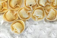 """Sull'origine dei #tortellini, pasta all'uovo ripiena tipica dell'Emilia, esistono diverse leggende. Una di queste fa risalire la forma della pasta a quella dell'ombelico della dea Venere! Senza dubbio è una pasta nata per """"riciclare"""" la carne avanzata dalla tavola dei nobili ricchi."""