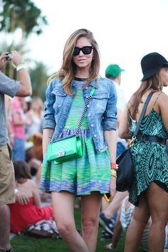 Blaue Jeansjacke, Grünes bedrucktes Skaterkleid, Grüne gesteppte Leder Umhängetasche, Schwarze Sonnenbrille für Damen
