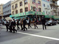Enterro com direito à banda à pé, no meio de China Town (S.Fco). Para tudo!