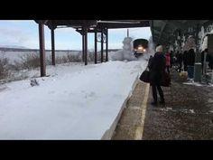 Скоростной поезд завалил снегом пассажиров на перроне