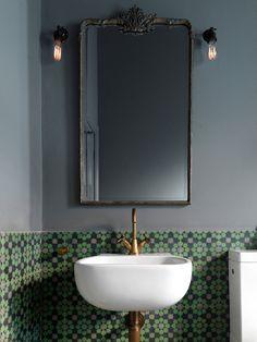 Inspiração de banheiro! Amamos todos os detalhes: revestimento, metais em cobre, espelho e lâmpadas.