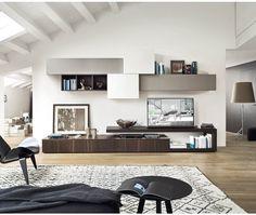 Moderne Livitalia Wohnwand C31 mit schwebenden TV Board und Hängeschränken in verschiedenen Tiefen.  #Wohnwand #Wohnzimmer #TVBoard #Hängeschrank #livingroom #furniture