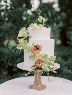 Floral Wedding Cakes A white cake as a base makes a great background for so many designs - like this pretty one! - Elopement Inspiration From Sunny California - Black Wedding Cakes, Floral Wedding Cakes, Elegant Wedding Cakes, Elegant Cakes, Wedding Cake Designs, Wedding White, Exotic Wedding, Wedding Cake Inspiration, Elopement Inspiration