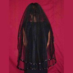 Velo de novia de doble capa realizado en tul negro y ribeteado en satén del mismo color,aplicado sobre una peineta,desmontable mediante velcro.Medidas: 101,6x137,2 cm http://www.d-gotico.com/velos/378-velo-novia-negro-doble-capa.html