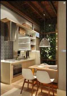 Cozinha pequena e funcional de um loft