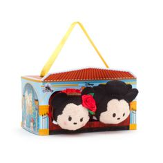 Say ¡Hola! to our special Spain-inspired Tsum Tsum set! Presented in an illustrated carry case, it comes with adorable mini soft toys of Mickey as a matador and Minnie as a flamenco dancer.