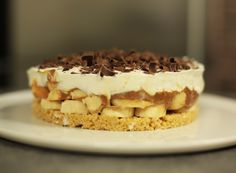 Banoffee pie ou tarte banane, caramel et chantilly via Banoffee Pie, Parfait Desserts, No Bake Desserts, Sweet Recipes, Cake Recipes, Dessert Recipes, Healthy Meals To Cook, Easy Meals, Caramel Pie