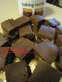 Avevo comprato un ottimo cacao ed ero alla ricerca di una torta con questo ingrediente. Cercando in rete sono approdata al blog Fior di Vaniglia - http://fiordvaniglia.blogspot.com/ - dove ho trovato la ricetta che vi propongo oggi.  Io ne ho preparato una variante sostituendo il latte con latte di soia, tagliando la torta in piccoli cubi e farcendola con crema pasticcera al caffè – anch'essa preparata con latte di soia.