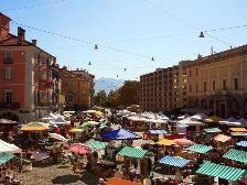 Markt auf der Piazza Grande in Locarno  Jeden Donnerstag 07.30h - 13.00h