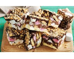 - Jane's Patisserie A delicious No-Bake Easter Rocky Road, packed full of all things sweet. Mini Eggs, Creme Eggs & more! Recently, I posted my normal Rocky Road recipe and my god y Baking Recipes, Cake Recipes, Dessert Recipes, Baking Ideas, Snickers Slice, Easy Easter Recipes, Easter Ideas, Janes Patisserie, Rocky Road