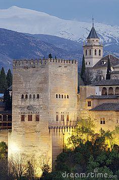 Famosa vista de la Alhambra de Granada, la parte inferior de la imagen muestra las montañas de Sierra Nevada, Andalucía, España