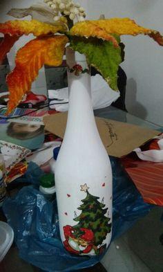 Decoupagem em garrafas de vidro com tema natalino.