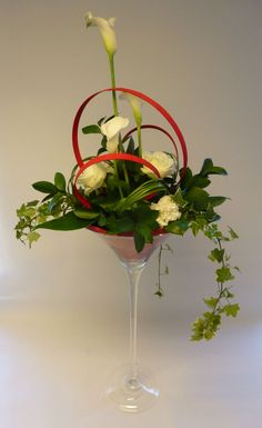 Table decoration in martini vase Rose Flower Arrangements, Creative Flower Arrangements, Table Flowers, Deco Floral, Arte Floral, Art Floral Noel, Coffee Table Arrangements, Flower Decorations, Table Decorations