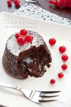 briose de ciocolata cu centrul lichid is on sale now for - 25 % ! Lava Cake Recipes, Frosting Recipes, Brownie Recipes, Cupcake Recipes, Dessert Recipes, Romanian Desserts, Molten Lava Cakes, Good Foods To Eat, Sweets Cake