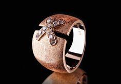 Mit diesem atemberaubenden handgefertigten Ring werden sie zum Hingucker. Die Kreation bezaubert mit hellen Steinchen in rosavergoldetem Metall und einer einzigartigen Form.  925er Sterling Silber 750er Roségold (18K) Vergoldung Rhodium überzogen Zirkonia weiss