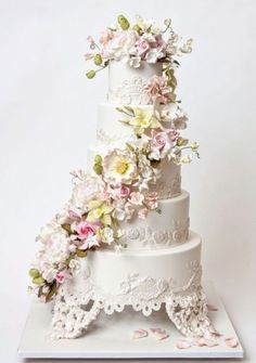 Confectionery artists Maggie Austin, Ron Ben-Israel, and Sylvia Weinstock create realistic sugar flowers that fool the eye and decorate wedding cakes. Amazing Wedding Cakes, Wedding Cakes With Flowers, Amazing Cakes, Butterfly Wedding Cake, Cascading Flowers, Flower Cakes, Lace Flowers, Fondant Wedding Cakes, Fondant Cakes