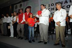 """El gobernador Javier Duarte de Ochoa, acompañado del secretario de Salud, Pablo Anaya Rivera; del alcalde Salvador Manzur Díaz, entre otros, encabezó el inicio de la Segunda Jornada Nacional de Lucha Contra el Dengue, """"Escuela sin mosquitos, niños sin dengue""""."""