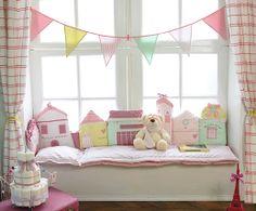"""Chambre """"dans ma rue"""" pastels et maisonnettes sur www.little-crevette.fr #deco #chambre #enfant #bebe #shabby #pastel"""