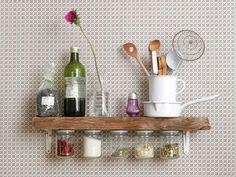 Ob nun Gewürzregal aus Einmachgläsern oder Küchenuhr aus Kuchenteller – alltägliche Einrichtungsgegenstände können aus den unterschiedlichsten Utensilien gemacht werden. Einige coole Ideen findet Ihr hier. #Deko #Küche #DIY