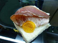 Canapé de jamón y naranja. Ver receta: http://www.mis-recetas.org/recetas/show/39811-canape-de-jamon-y-naranja