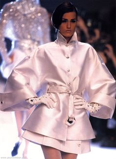 Baby pink satin silk coat with large flared statement sleeves, standing collar and a narrow buttoning bodice and a belt marking the waist before a full skirt on the coat. Yasmin Le Bon modelling design by Claude Montana, 1991 Couture Fashion, 90s Fashion, Runway Fashion, Fashion Models, High Fashion, Fashion Show, Fashion Outfits, Womens Fashion, Fashion Design
